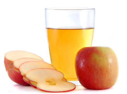 VELG RIKTIG: Et eple er bedre enn et glass eplejuice. Foto: Ove Tøpfler