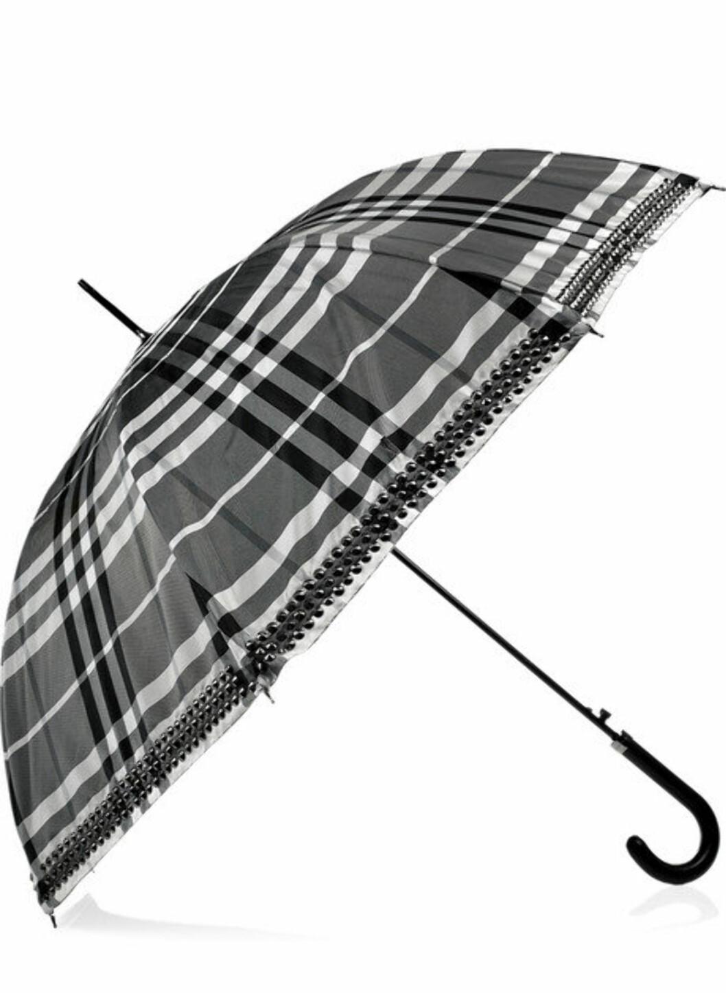 Til luksusdyret. Røff paraply fra Burberry med nagler (ca kr.2800/net-a-porter.com). Foto: Produsenten