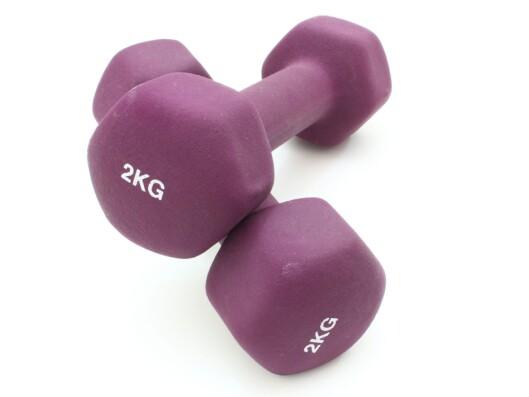 BEGYNN MED LETTE: Er du ikke vant til styrketrening med håndvekter, kan du begynne med å investere i noen lettere vekter.