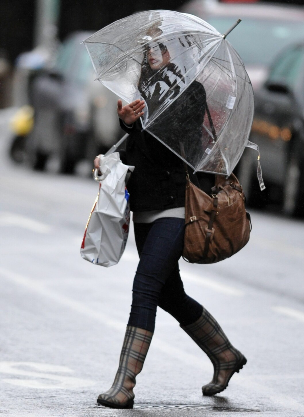 Gossip Girl-skuespiller Michelle Trachtenberg. Det er praktisk med paraplyer som dekker samtidig som du faktisk kan se hvor du går. Foto: All Over Press