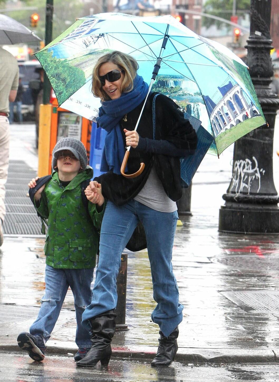 Sex og Singelliv-skuespiller og fashionista Sarah Jessica Parker i diger paraply med print. Foto: All Over Press