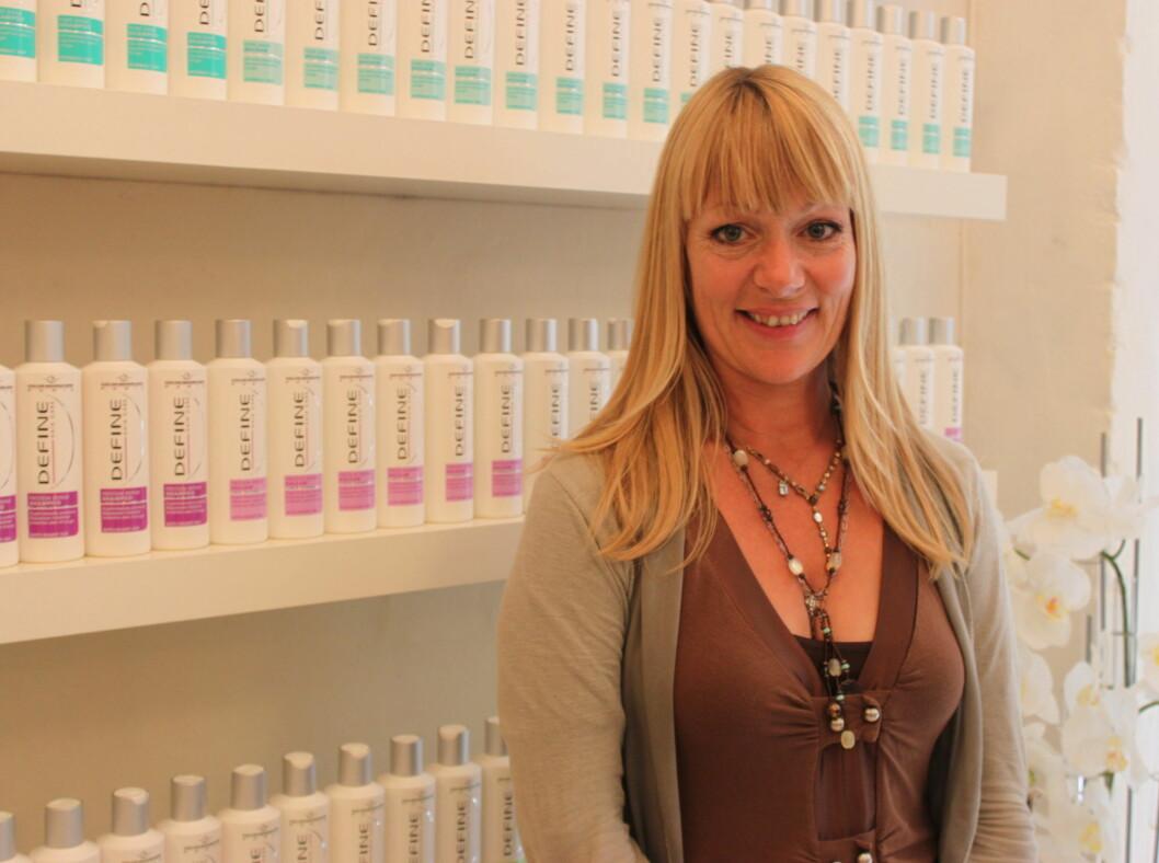 DELER SINE TIPS: Lise Holm-Glad, frisør og leder av Defines frisørteam, elsker glatt, lett hår, men det er helt håpløst når hun skal sette opp håret. Da bruker hun en thickening-sjampo for å gi håret litt mer motstand.  Foto: Aina Kristiansen