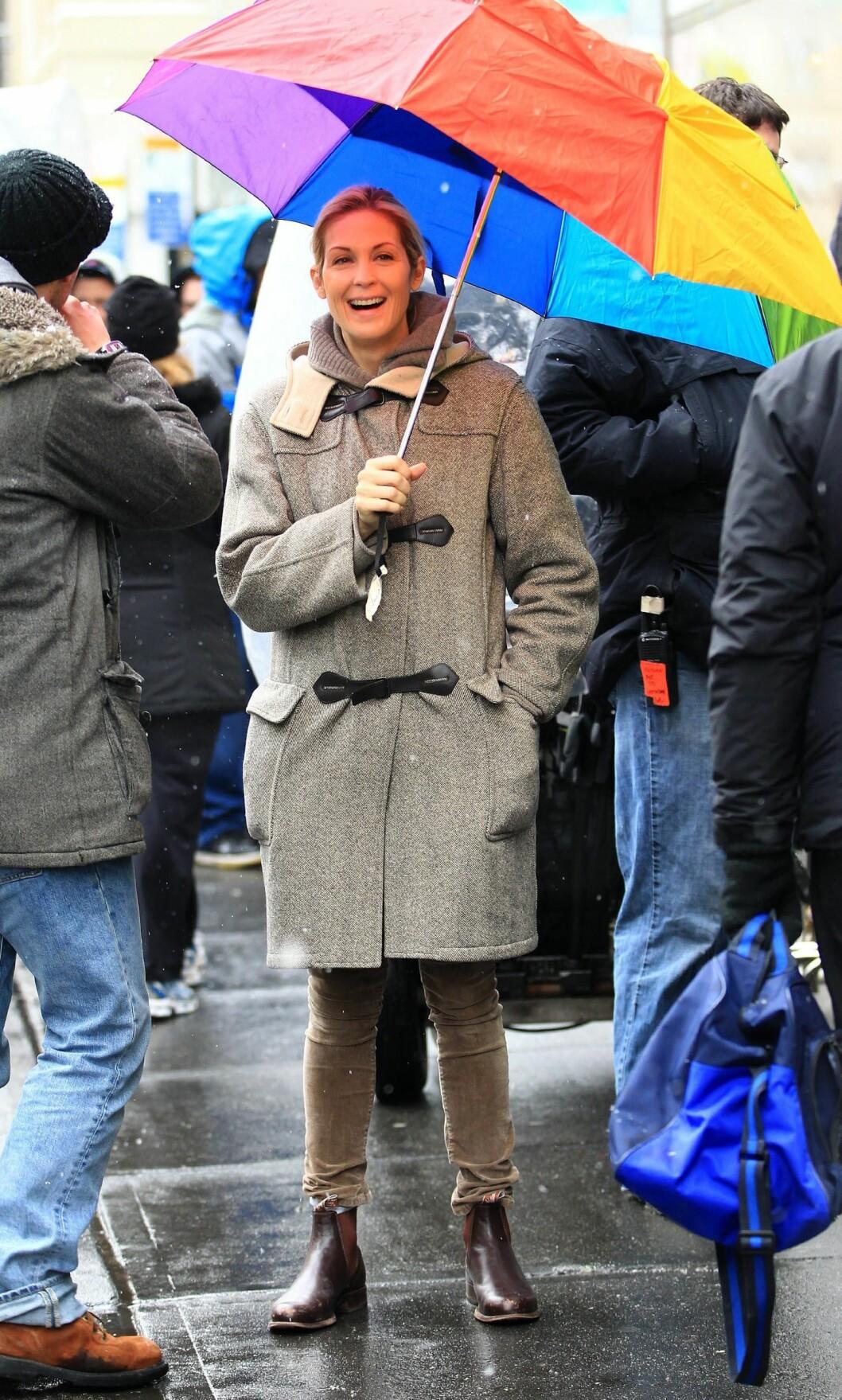 Kelly Rutherford på Gossip Girl-settet med regnbuefarget paraply. Foto: All Over Press