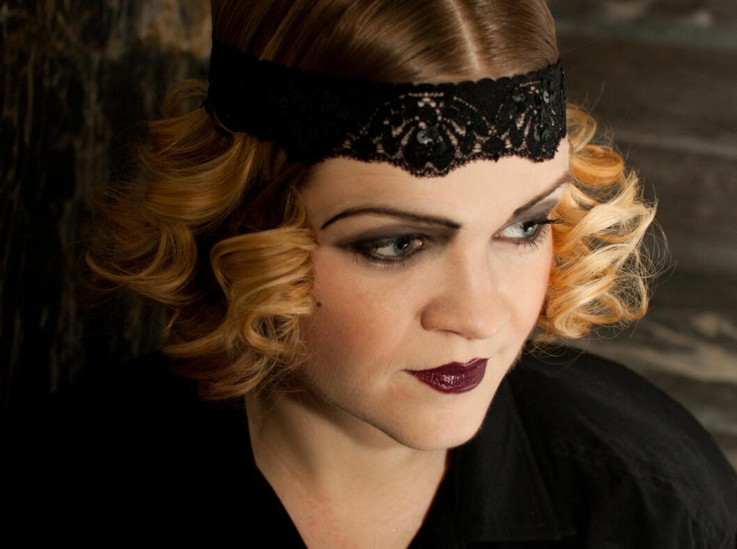 DRAMATISK: 1920-tallet var en tid for store forandringer. Kvinner klippet håret kort og sminket seg på nye, dramatiske måter. Lær hvordan du får det til selv.  Foto: Kristin Hove