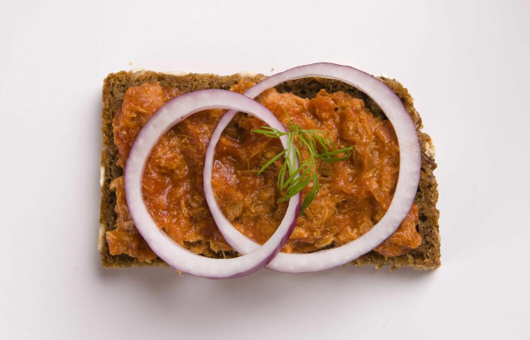 LEGG PÅ: Makrell i tomat er et smart valg. Foto: Colourbox