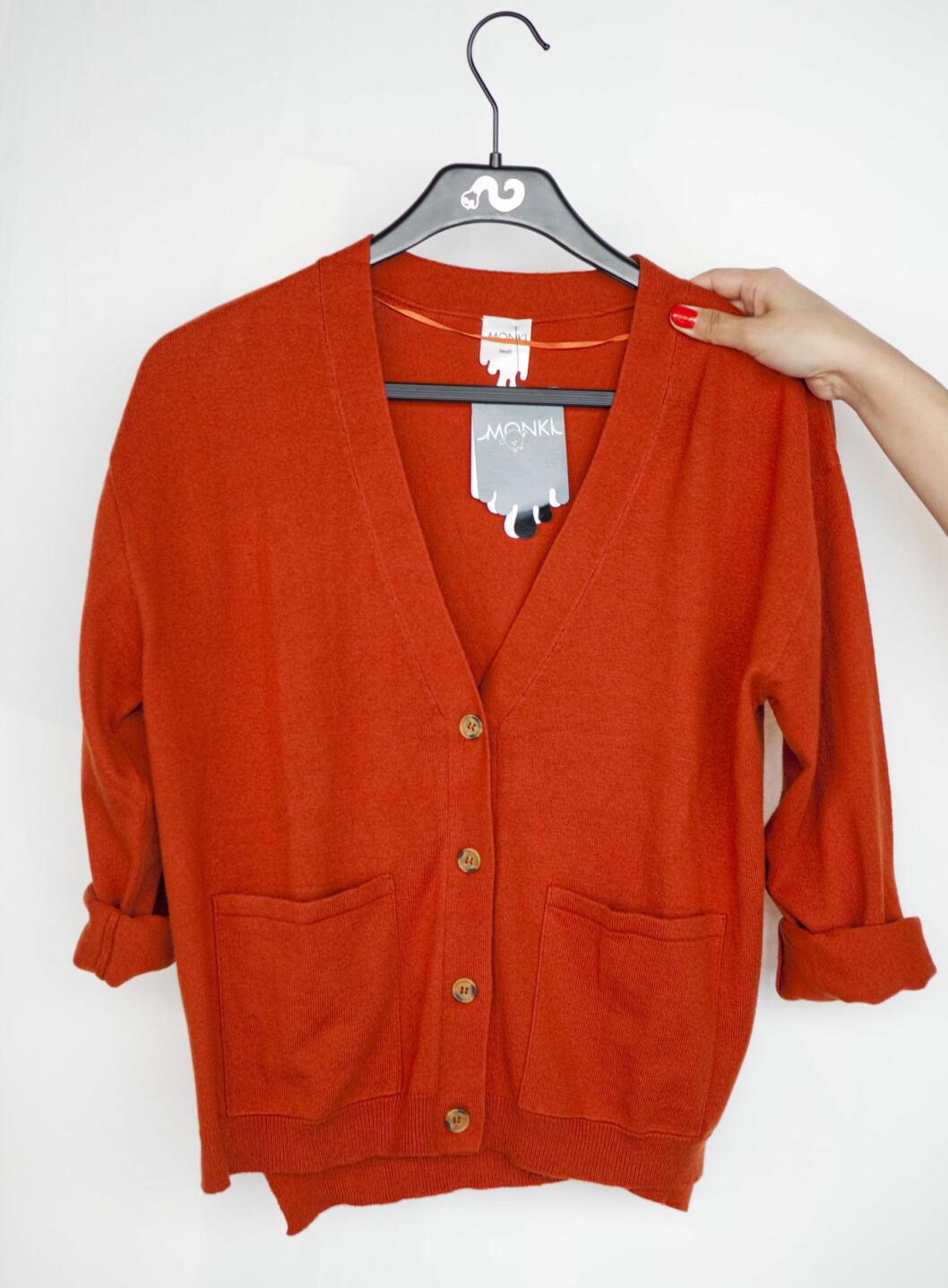 Rustrød cardigan fra Monki. En av høstens store farger. Foto: Per Ervland