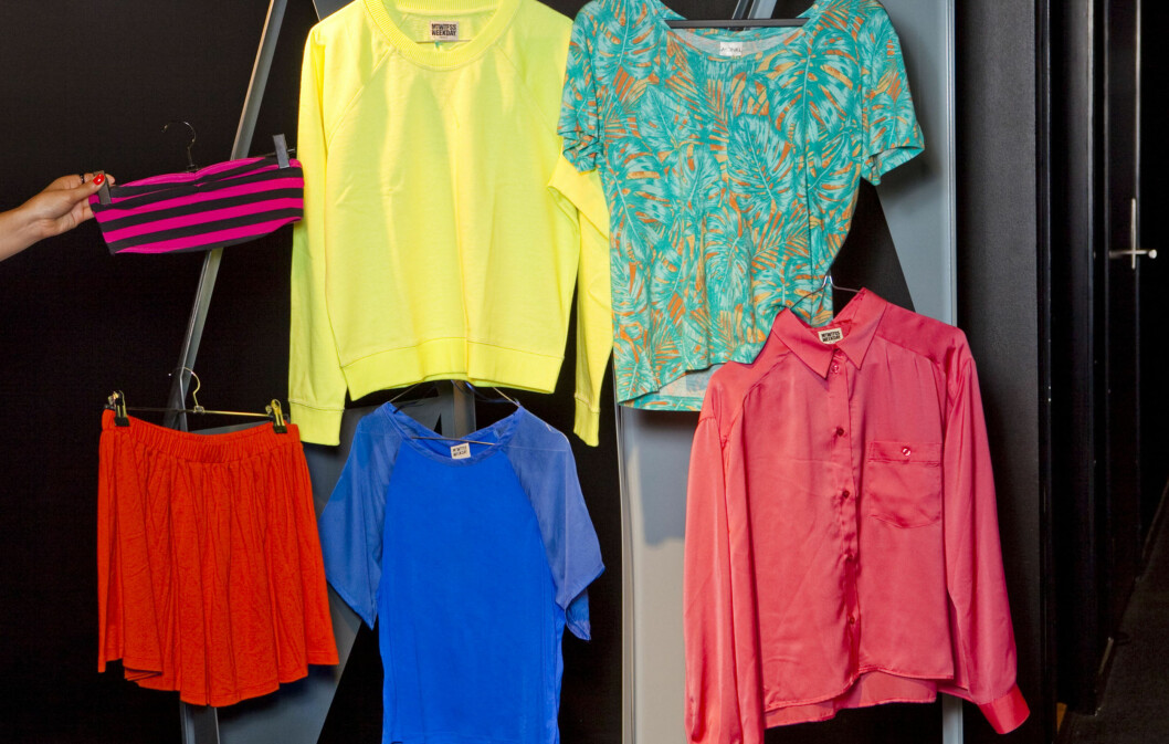 HØSTPLAGG: Ja, du leste riktig. (Øverst f.v) Bandeau fra Monki, neongul genser fra Weekday og Hawaiimønstret t-skjorte fra Monki. (Nederst f.v) Rødt miniskjørt, koboltblå topp og knæsjrosa skjorte - alt fra Weekday. Foto: Per Ervland