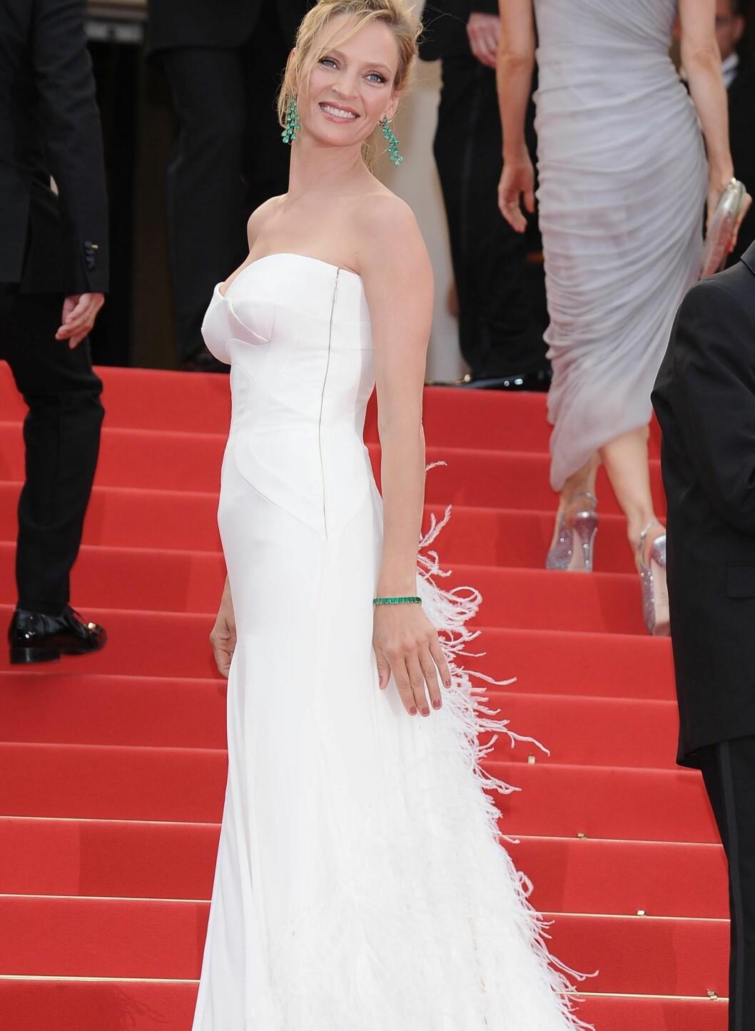 Uma Thurman tok pusten fra alle i den stroppeløse Versace-kjolen med fjærpynt. Legg merke til de smaragdgrønne smykkene, som gir antrekket et ekstra puff.  Foto: All Over Press