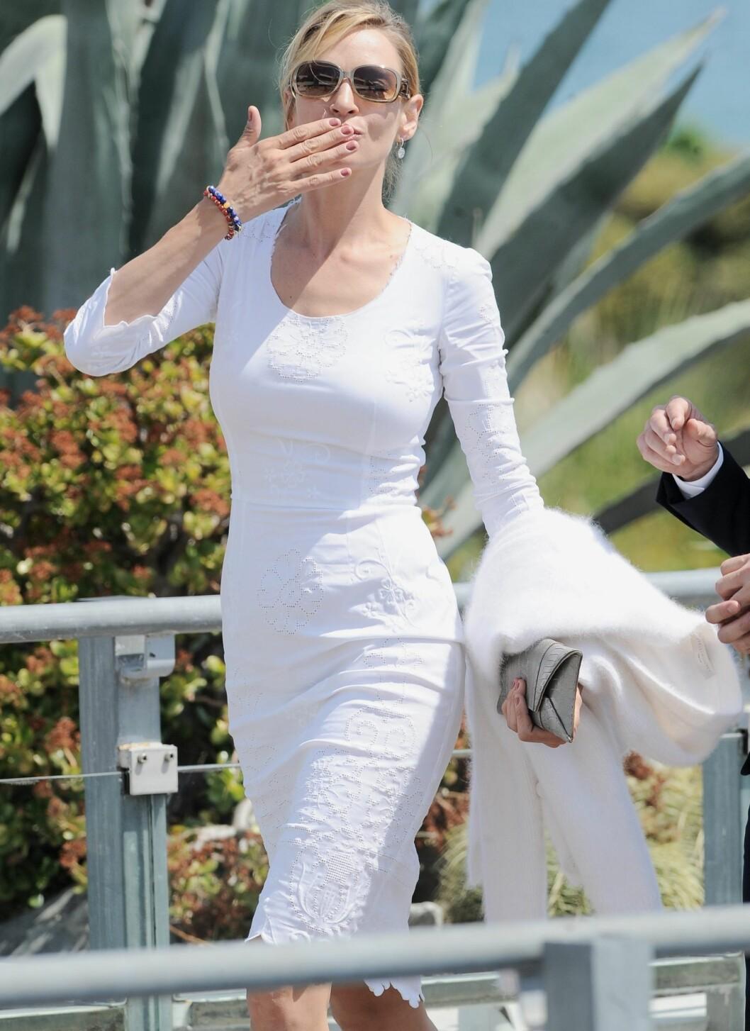 Skuespilleren er helt klart forelsket i hvitt. Hun startet dagen i dette hvite Dolce & Gabbana-antrekket, før hun skiftet til den hvite fjærkreasjonen fra Versace senere på kvelden.  Foto: All Over Press