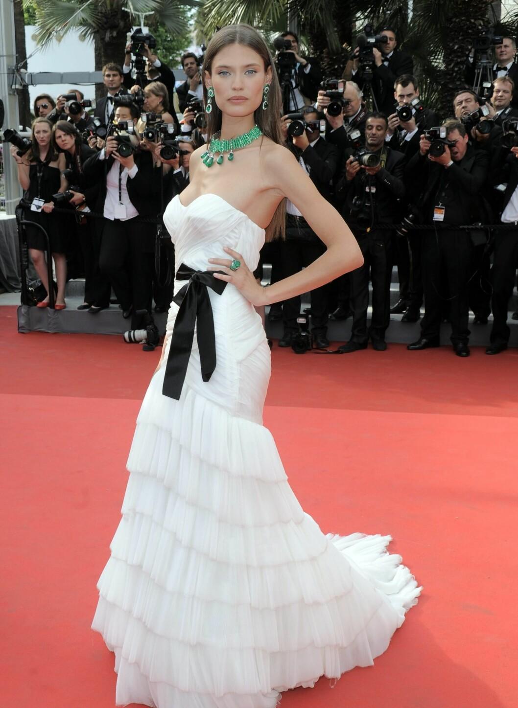 Også Bianca Balti valgte hvitt. Chiffonkjolen fra Alberta Ferretti er en drøm av en bløtkakekjole, med en sexy svart sløyfedetalj i livet.  Foto: All Over Press