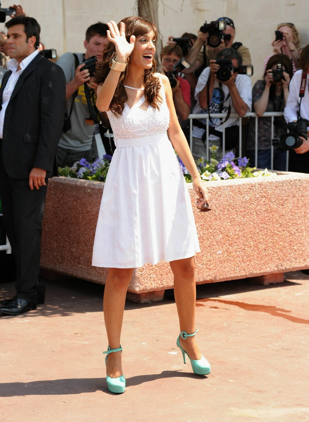 Jurymedlem Martina Gusman kombinerte hvit kjole med mintgrønne pumps og gullsmykker. Helt riktig på en solrik dag i Cannes, med andre ord.  Foto: All Over Press