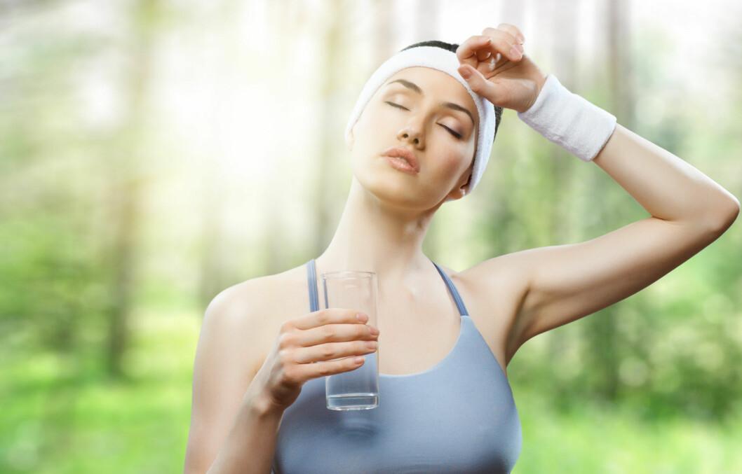 BRUK HODET: Det er viktig å være smart når du trener i intens varme. Ett godt og viktig tips er blant annet å få i seg nok vann både før, under og etter trening.