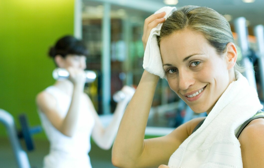 ©Odilon Dimier/6PA/MAXPPP. Woman in weight room, wiping forehead, smiling at camera Foto: 6PA/MAXPPP