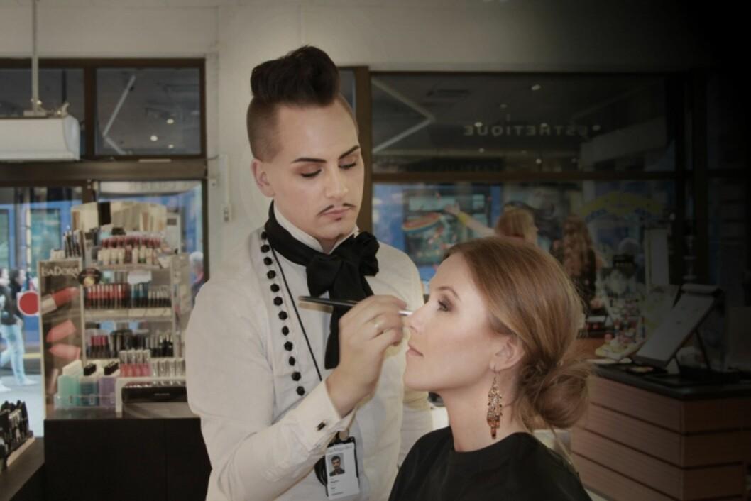 SMINKEEKSPERT: Ansvarlig makeupsrtist i IsaDora, Stephan Øien, i aksjon. Foto: isadora.blogg.no