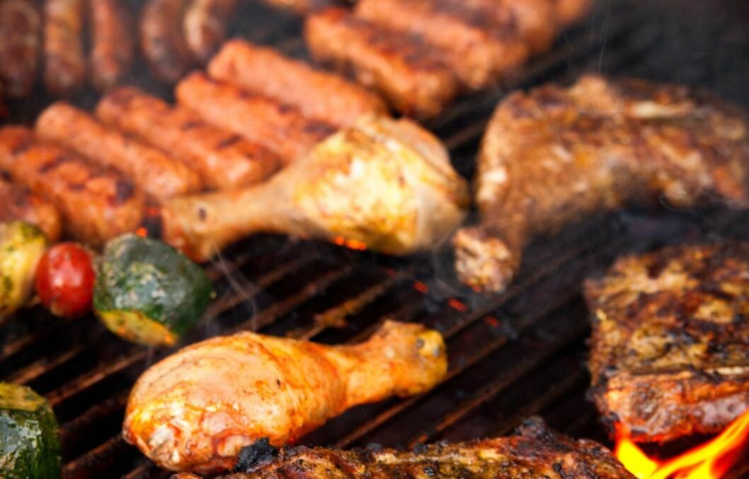 GIFTSTOFFER: Ved prosesser som steking, grilling og røyking, kan visse helseskadelige stoffer dannes.