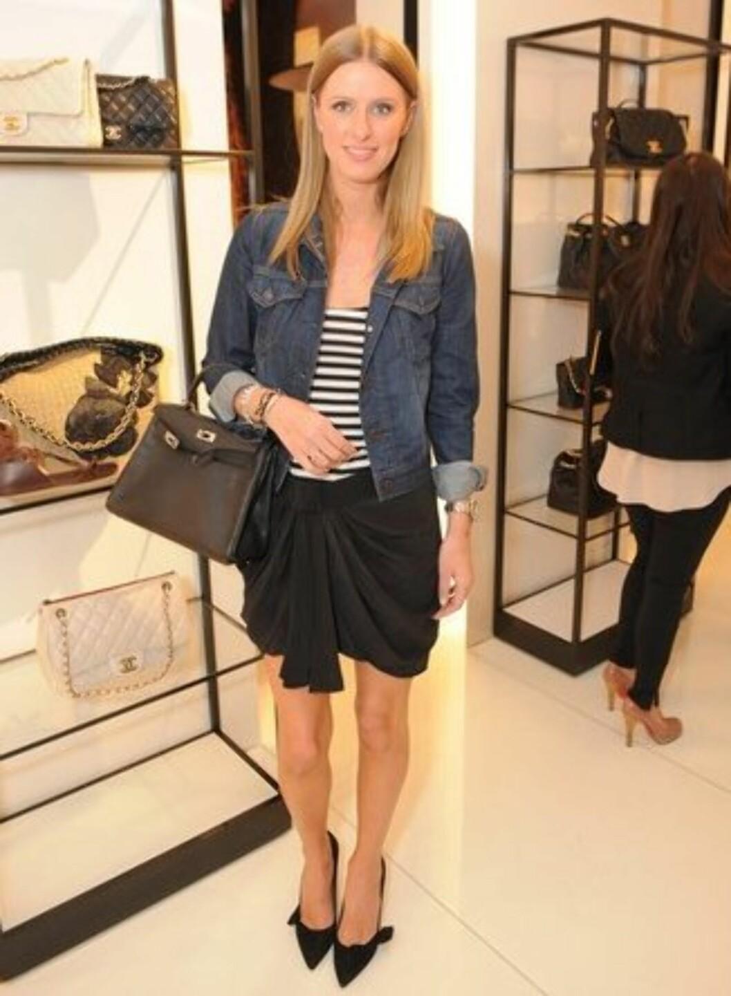 Nicky Hilton bruker denimjakke også til penskjørtet. Foto: All Over Press