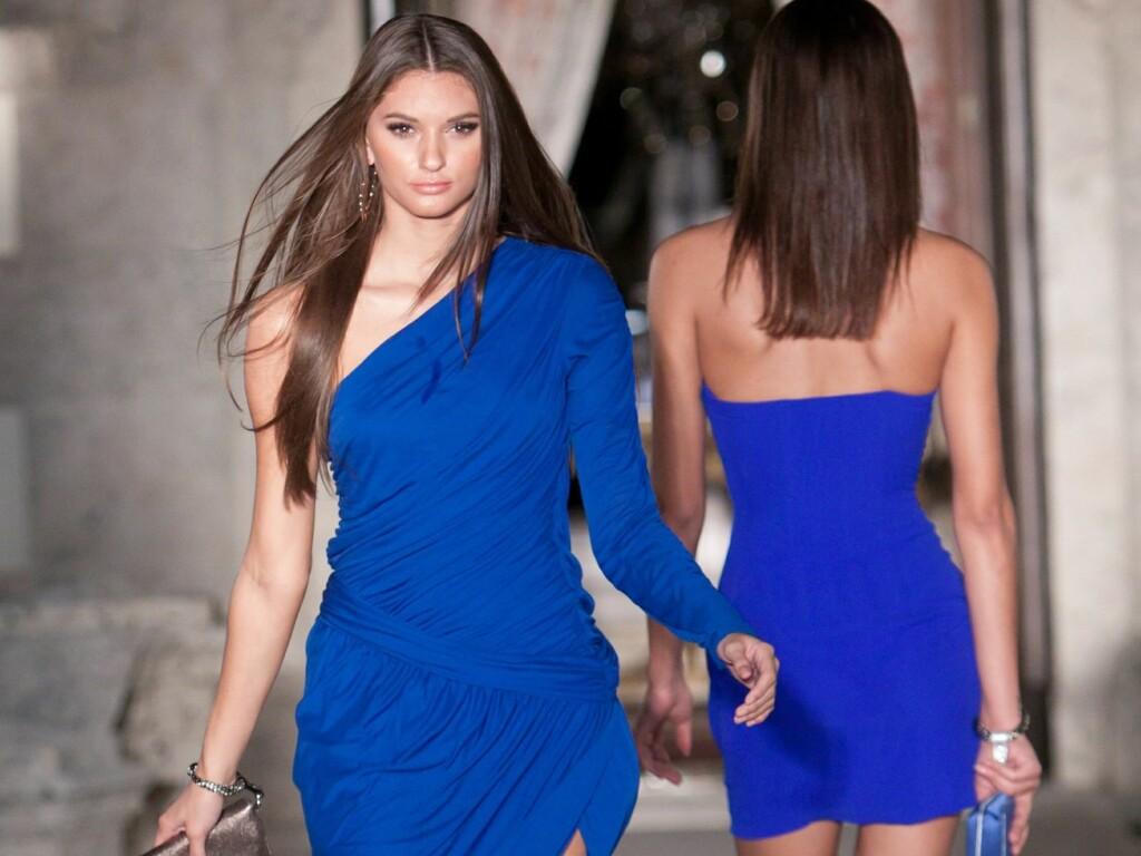 9f0f7c82 NYDELIG TIL TILBEHØR I GULL: Designer Roberto Cavalli lar knall blå kjoler  flomme over catwalken