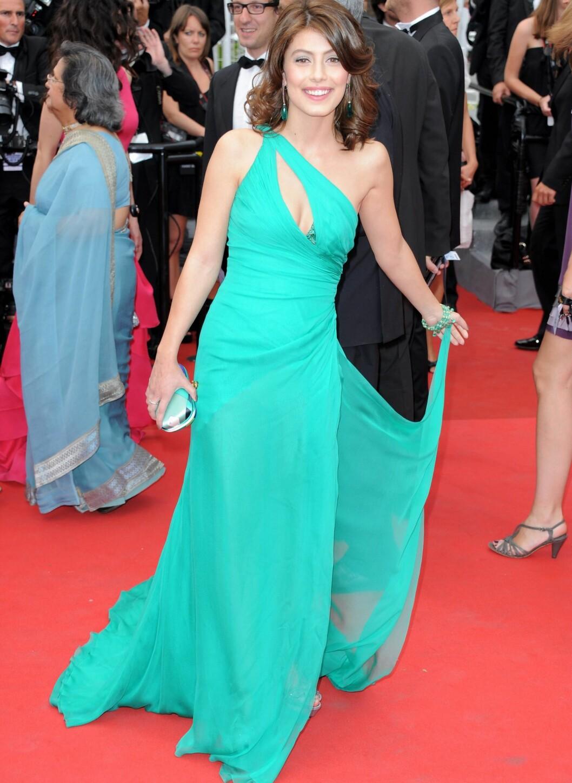 Alessandra Mastronardi i florlett turkis kjole med asymmetrisk overdel og slep. Foto: All Over Press