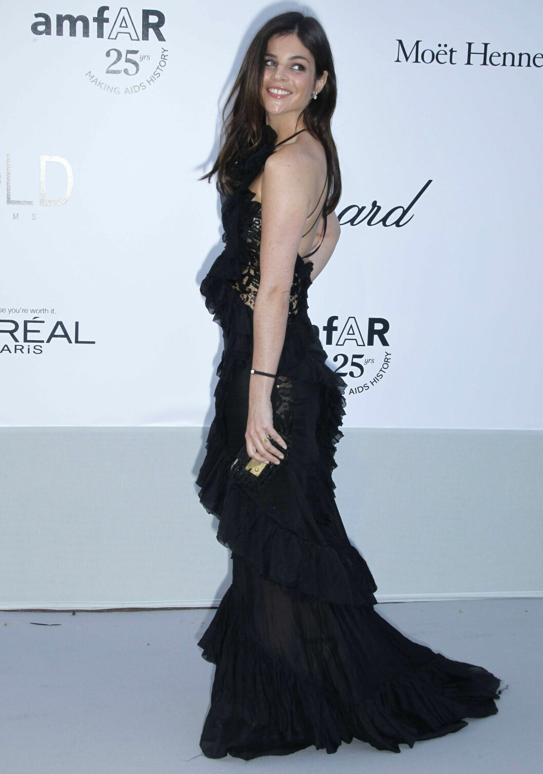 Modell og og it-jente Julia Restoin Roitfeld på amfARs Cinema Against AIDS Gala i Cannes, i svart gallakjole fra Pucci. Foto: All Over Press