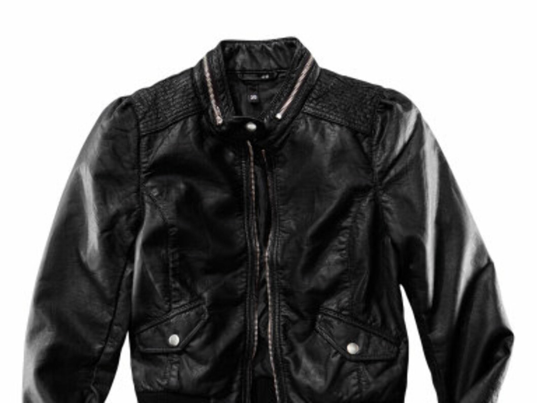 Rimielig jakke i skinnimitasjon med røffe sømmer på skulderen (kr.399/H&M). Foto: Produsenten