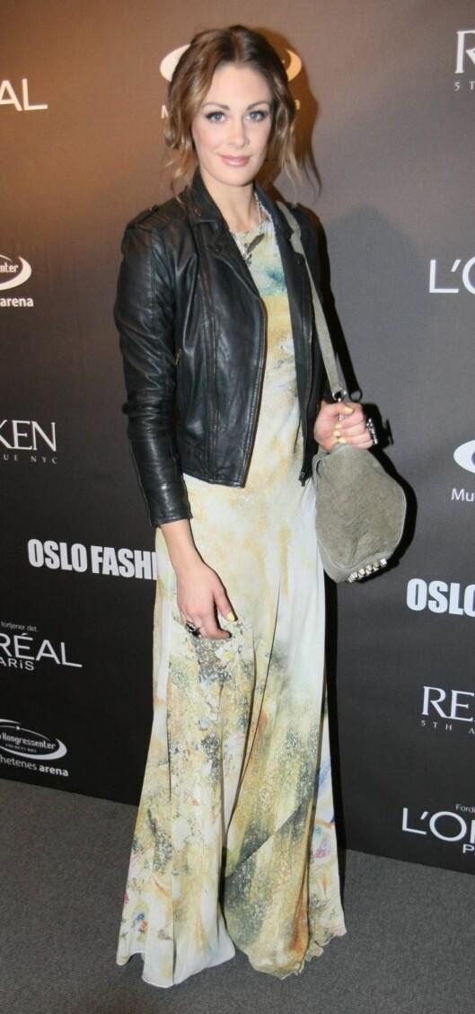 <strong>GJØR SOM JENNY:</strong> Jenny Skavlan styler sin feminine maxikjole med en røff skinnjakke i bikerstil. Dette bildet er fra Oslo Fashion Week tidligere i år. Foto: Per Ervland