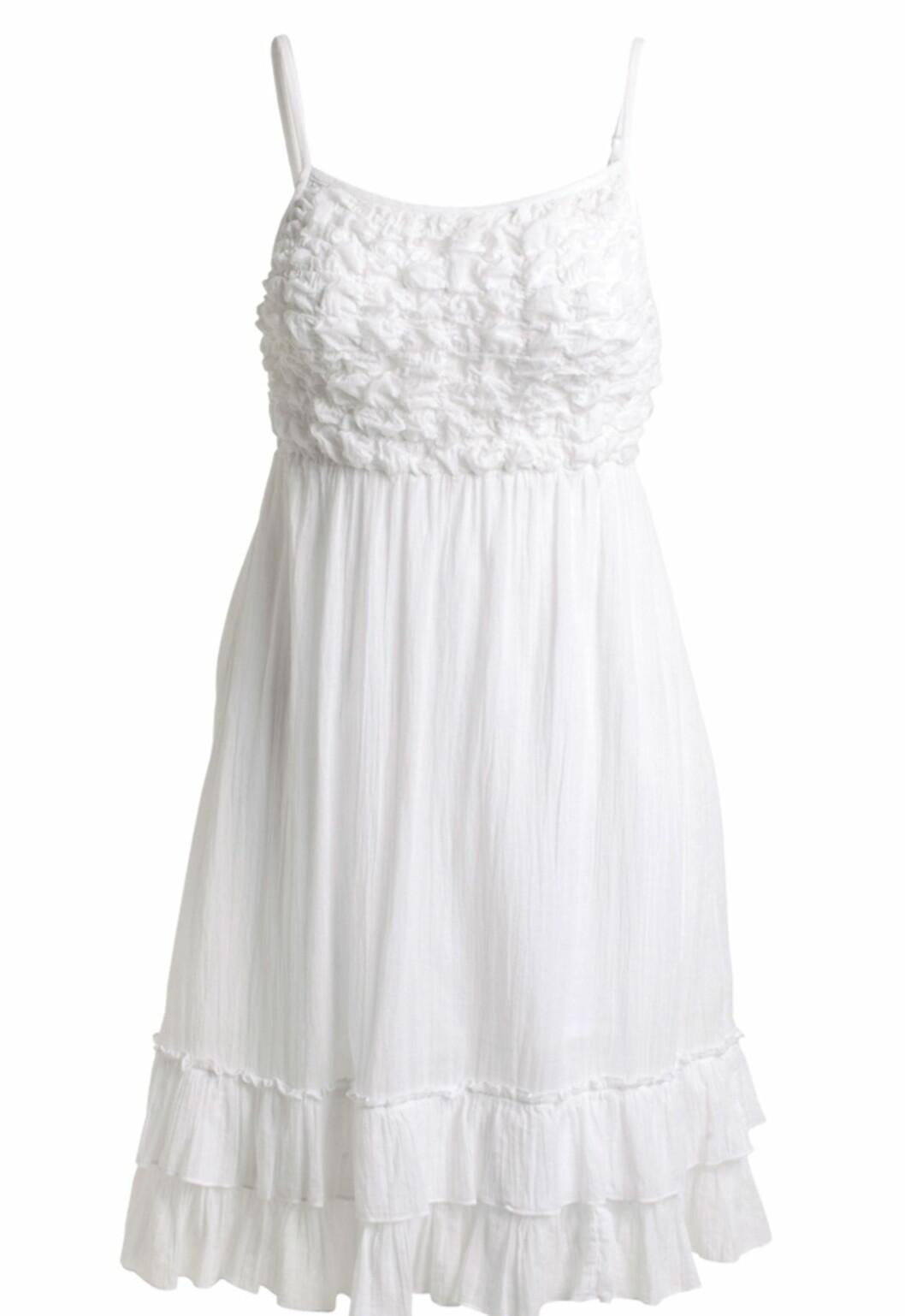Hvit er kanskje sommerens største trendfarge. Søt stroppekjole med rysjer i 100 prosent bomull (kr.249/Ellos.no). Foto: Produsenten