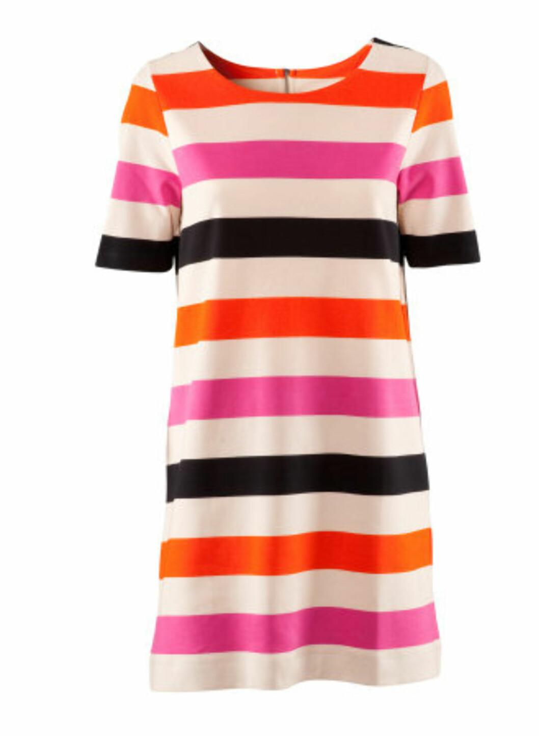 Knæsjfargene har for alvor gjort comeback denne sesongen. Fargesterk kjole med striper i enkelt snitt, i 98 prosent bomull og 2 prosent elastan (kr.249/H&M). Foto: Produsenten