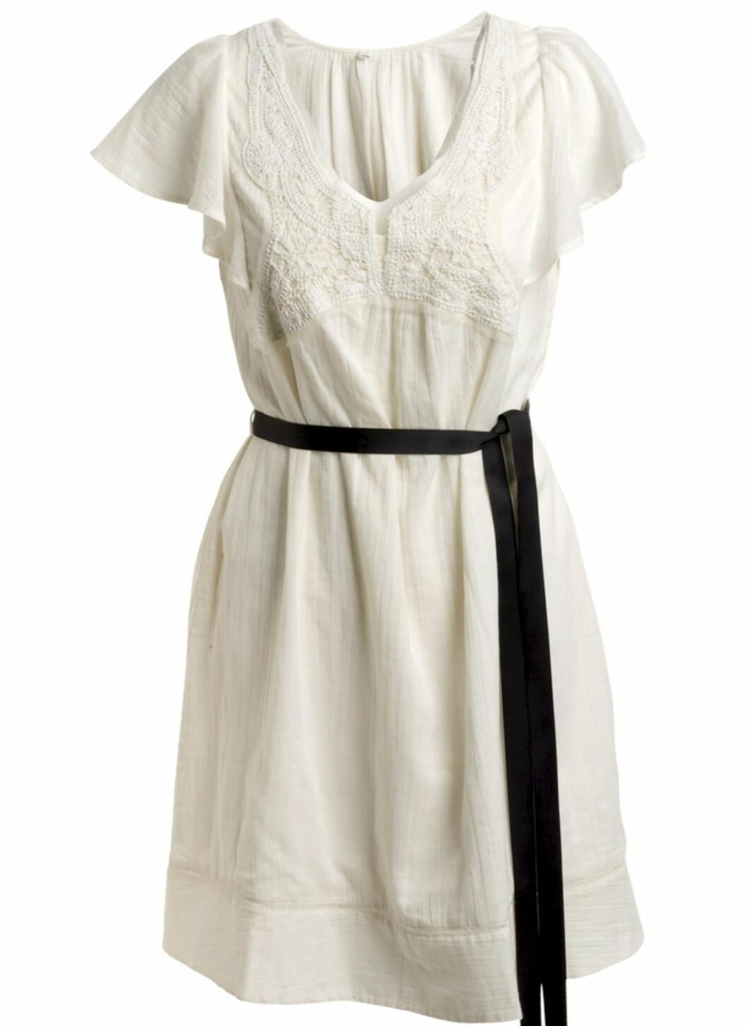 Hvit kjole med blondedetaljer og svart sløyfebånd i livet i 100 prosent bomull (kr.349/Ellos.no). Bytt gjerne ut båndet med et naturbrunt, smalt belte for variasjon. Foto: Produsenten