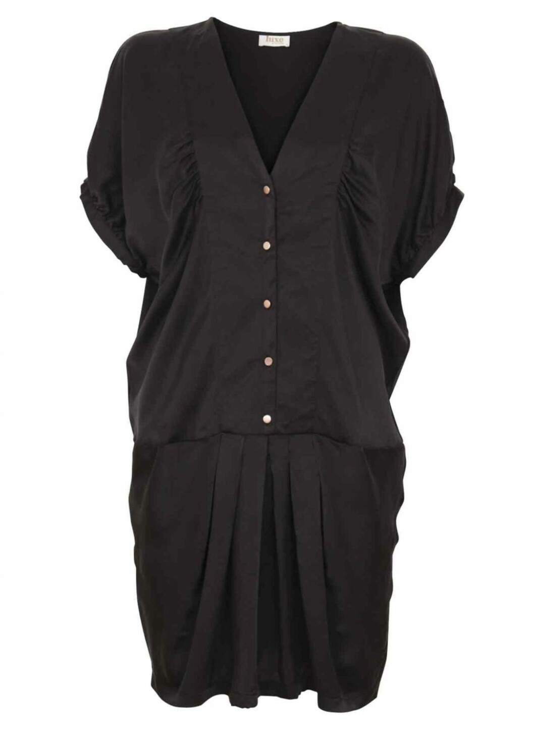 Svart kjole med knepping i 100 prosent silke (kr.899,95/Vila.bestsellershop.com). Foto: Produsenten