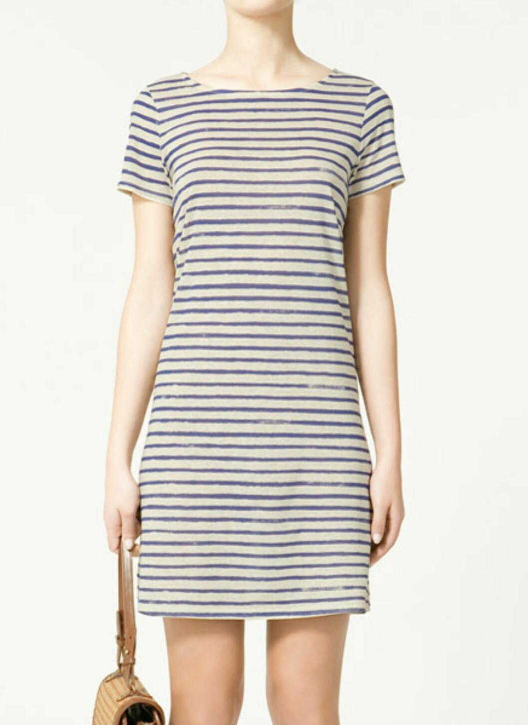 Den maritime trenden returnerer alltid om våren. Denne enkle t-skjortekjolen er i 70 prosent bomull og 30 prosent lin (kr.199/Zara). Foto: Produsenten