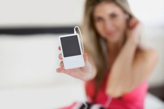 PASS PÅ VOLUM: For høyt volum på iPod eller mp3-spiller kan skade hørselen din.  Foto: Spicestock / Image Source