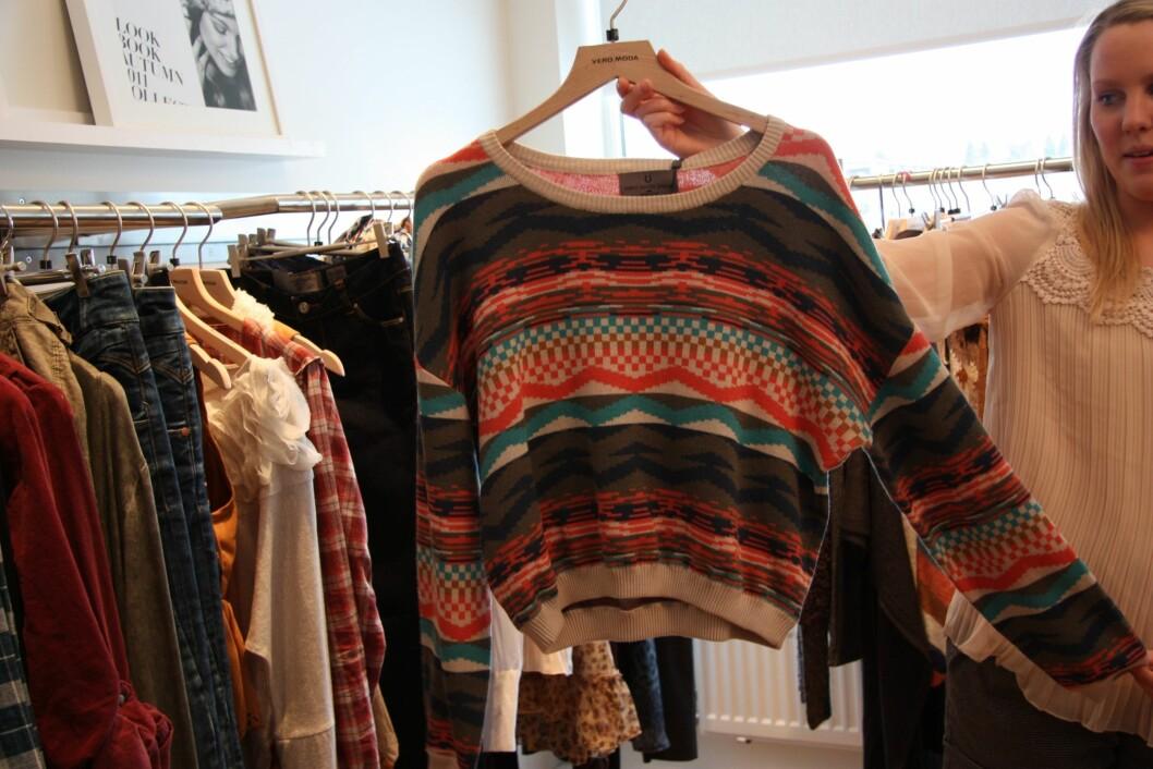 GENSEREN HAR KRØPET OPPOVER: Katrine Bergsli fra Bestseller, som fører Vero Moda, viser frem en kort genser i indianerinspirert mønster. Foto: Tone Ra Pedersen
