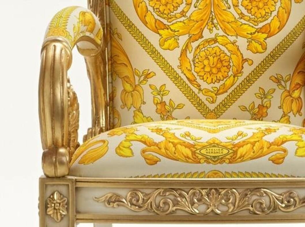BAROKK: Ekslusivt barokkmønster og detaljer i fløyel og bladgull gjør denne stolen fra Versace til noe mer enn bare et sittemøbel.  Foto: Versace