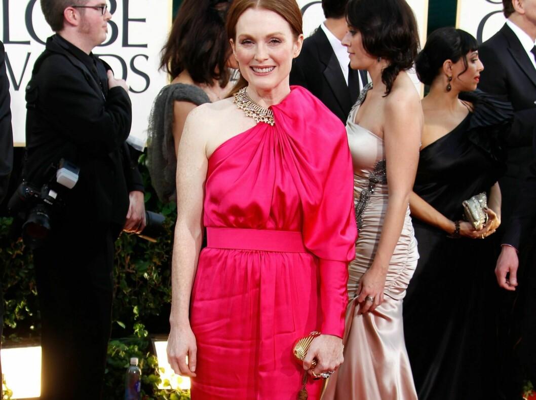 - FORFERDELIG FARGE TIL HENNE: Leserne mener den knall rosa fargen på denne Lanvin-kjolen kler skuespiller Julianne Moore svært dårlig. I tillegg ser den krøllete ut, og snittet er feil. Foto: All Over Press