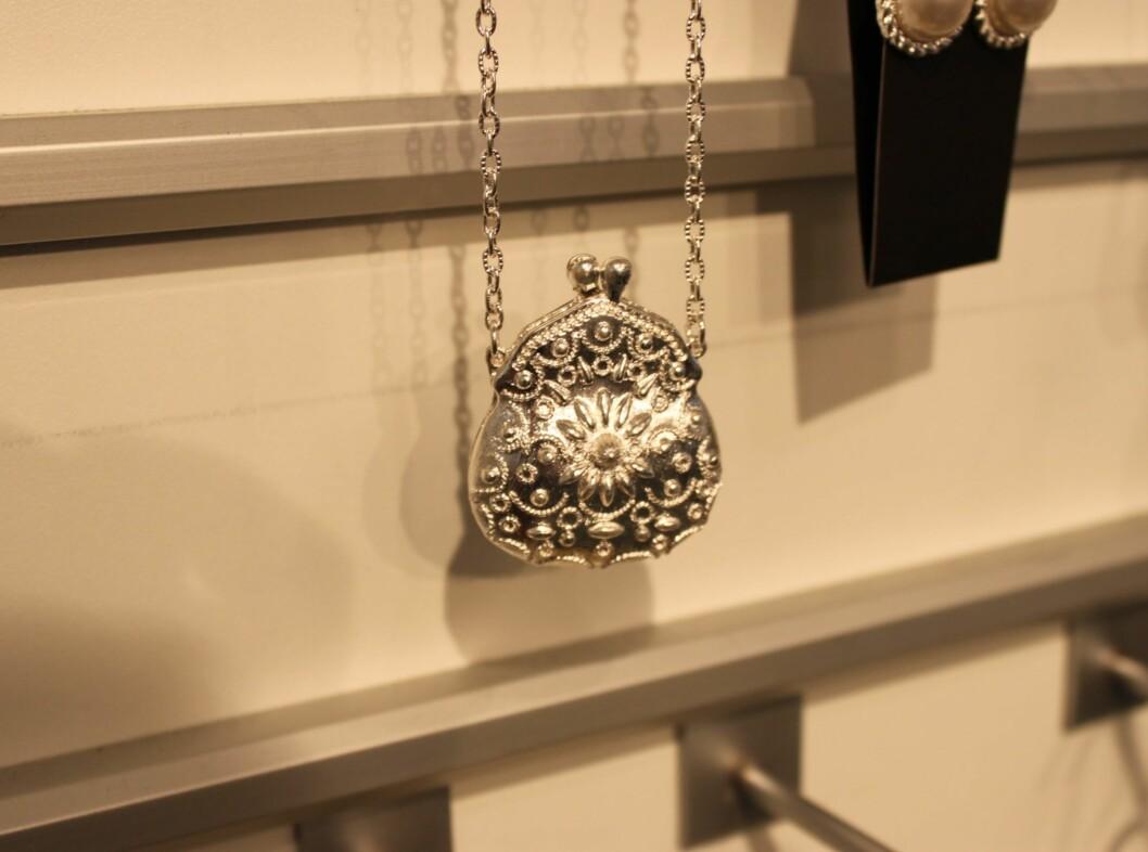 Langt halskjede med veskeformet sølvanheng. Foto: Aina Kristiansen