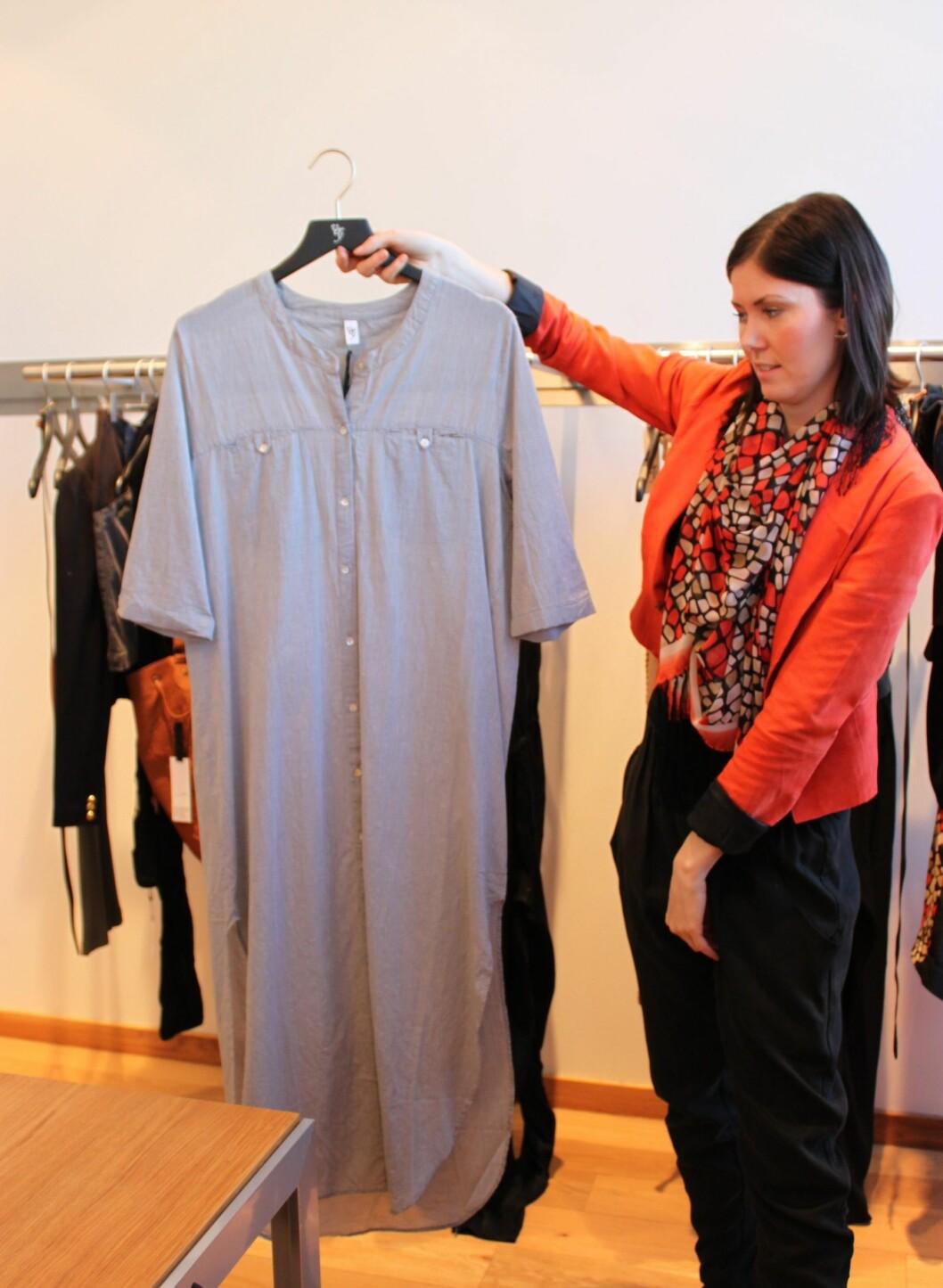 Lang skjortekjole. Bruk gjerne et smalt belte i midjen for å skape mer fasong. Foto: Aina Kristiansen