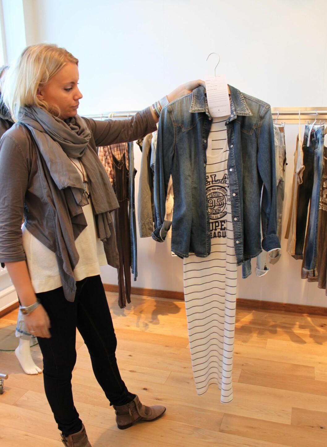 Stripet maxikjole med trykk, vist av Only-selger Camilla Medby Hagen. Foto: Aina Kristiansen