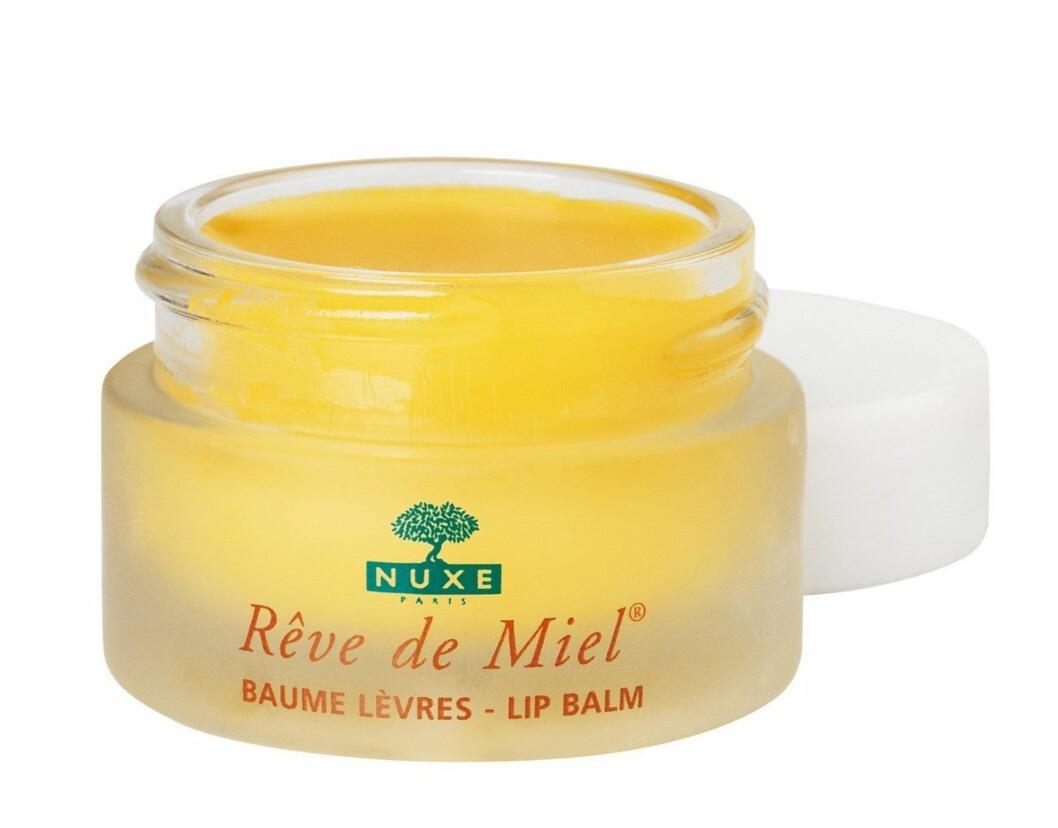 Nuxe Rêve de Miel Lip Balm er en nærende og reparerende leppepomade med honning fra gran som passer til hele familien. Akaciahonning og sheasmør reparerer, gir intensiv næring og beroliger såre lepper, kr 125.  Foto: Produsenten