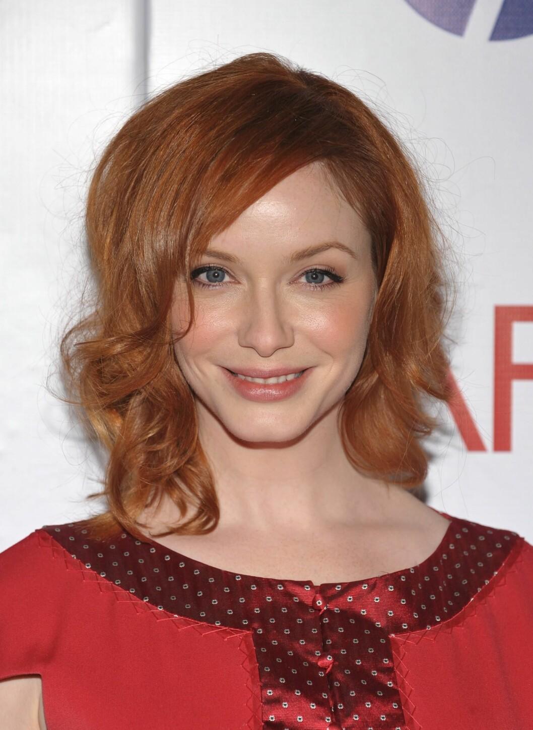 Også Christina Hendricks har skjønt at ferskenfarger funker som fjell til lys hud og rødt hår.  Foto: All Over Press