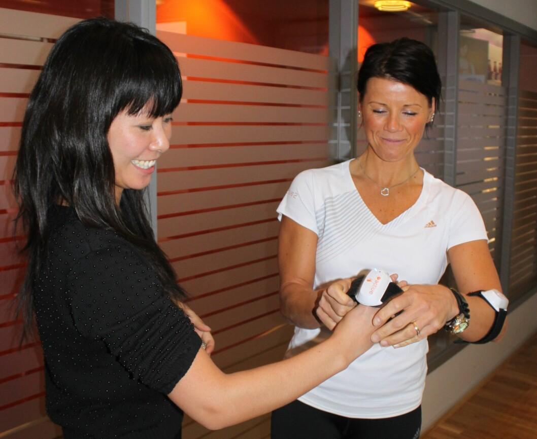 <strong>KLAR FOR TRENING FORAN TVEN:</strong> Journalist Tone Ra Pedersen får hjelp av personlig trener Rita Vedvik Hansen til å gjøre seg klar for TV-spill med pulsmåler og bevegelsessensorer.