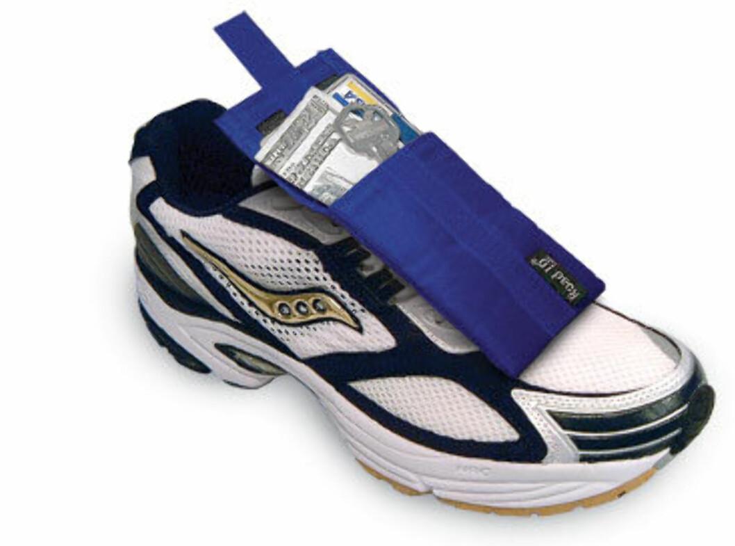 Dette er en lomme som rett og slett festes til skoen, og som holder seg stødig på plass. Fås kjøpt på RoadID.com Foto: RoadID.com