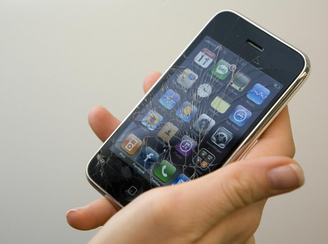 Det er neppe så bra for telefonen din å bli badet i brystsvette. Den kan både skli ut av bh-en og knuse, eller kortslutte av væsken. Foto: Per Ervland