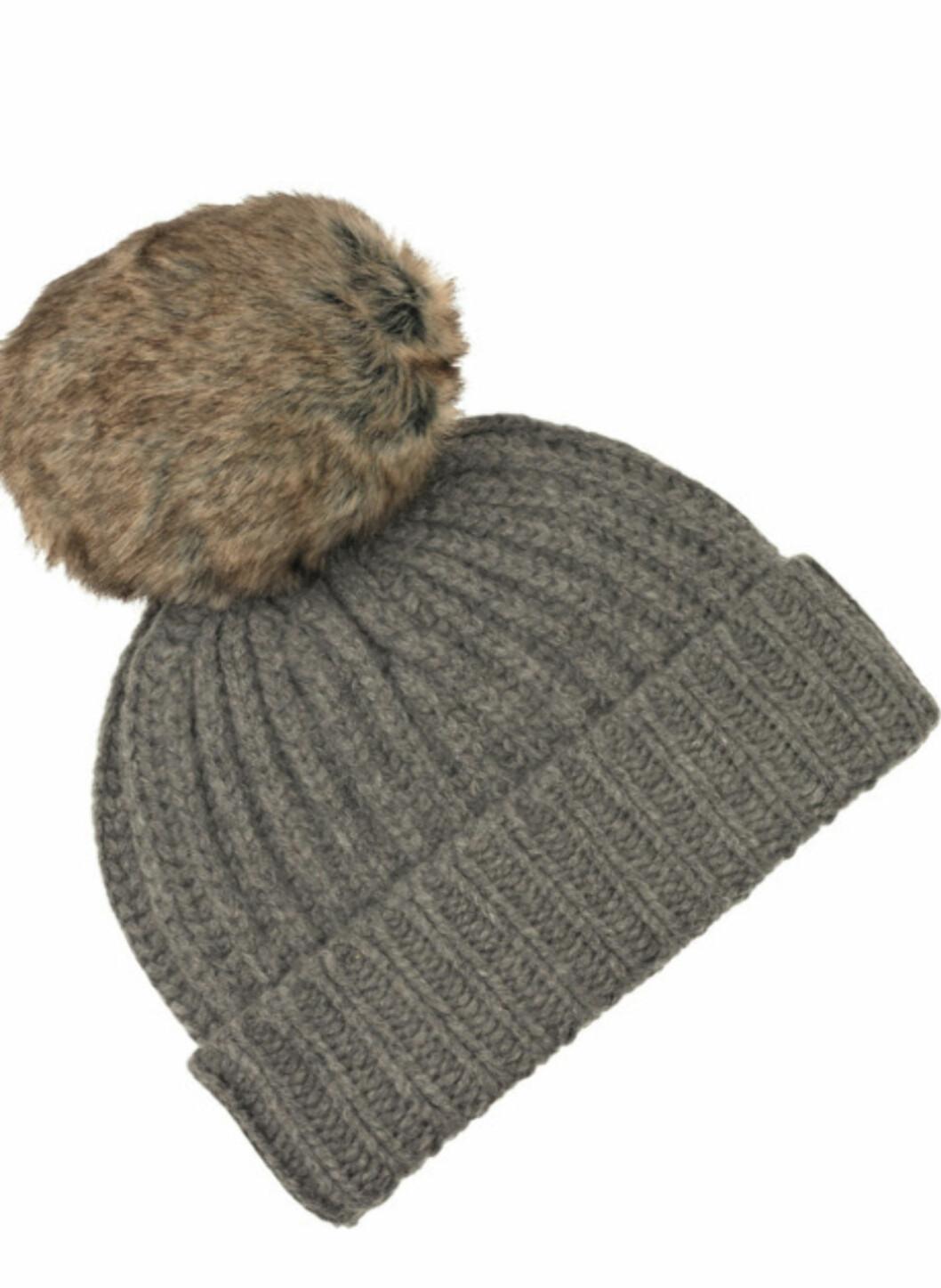 Strikkelue i merinoull med fuskepelsdusk (ca kr 420, Aubin & Wills/Net-a-porter.com).