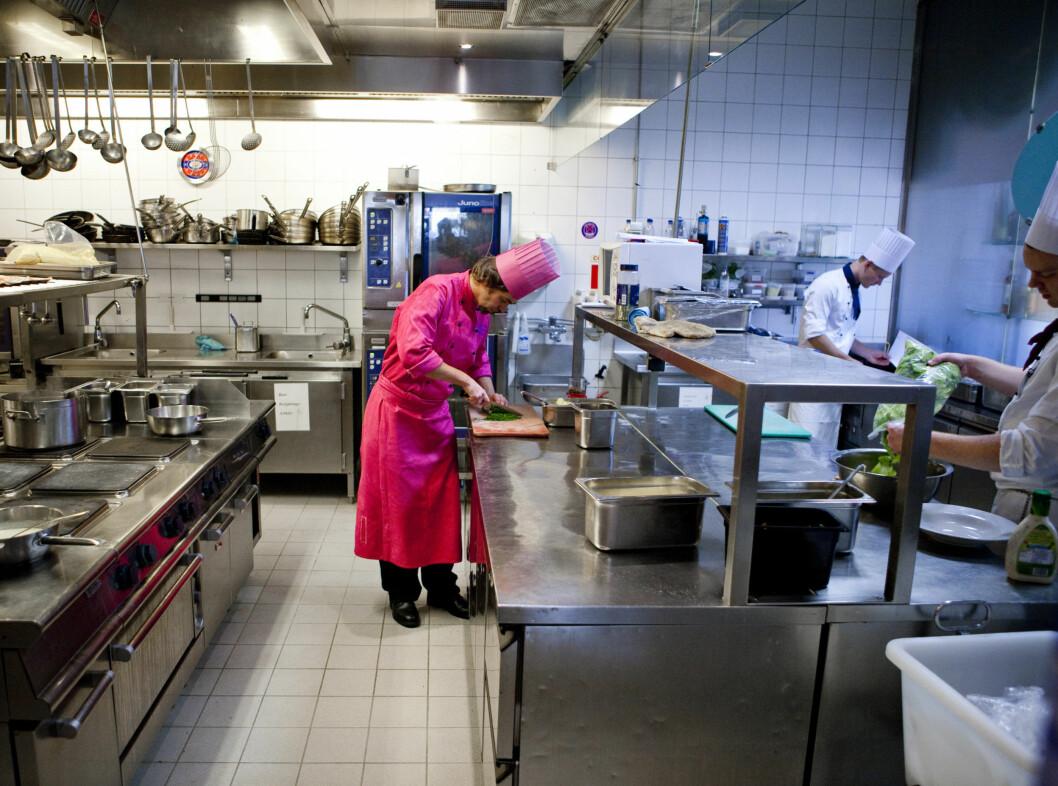 SKILLER SEG UT: Kjøkkensjef Anders Iden (43) på Grand Café i sin splitter nye kokkeuniform signert det norske motehuset Moods of Norway. I dag kl 15 skal han dessuten servere traktorformede vafler for første gang i verdenshistorien. Foto: Per Ervland