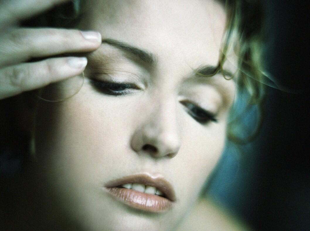 TRØTT I TRYNET?: - Poser under øynene er et vanlig fenomen etter en natt med riktig dårlig søvn. Grunnen til dette er blant annet at huden i nærheten av øynene er svært tynn, bare omtrent 0,5 millimeter. Til sammenlikning er huden andre steder cirka to millimeter tykk. Foto: Colourbox