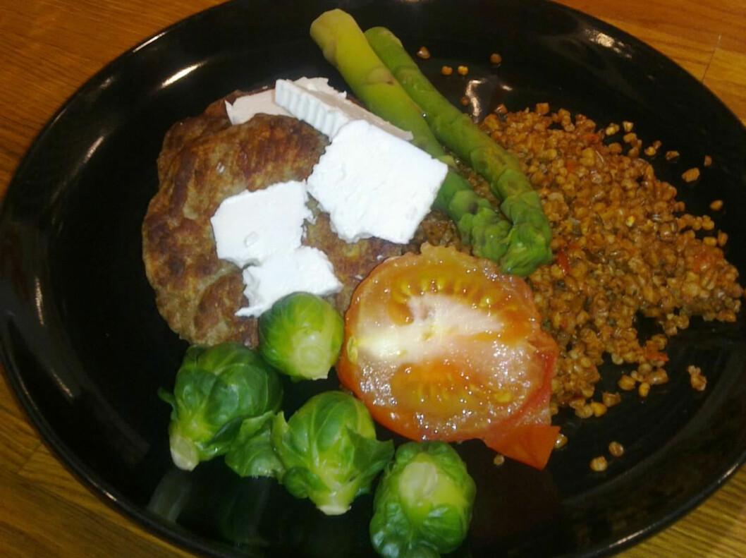 Slik så varianten med tomat og basilikum ut på tallerkenen. Vi prøvde den sammen med karbonade, bakt tomat, asparges, rosenkål og fetaost. Foto: Linda Stølen