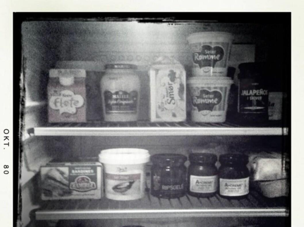 HVORDAN SER DET UT I DITT KJØLESKAP?: Linda Joachime Helgesen Aslaksen (28), som er utgavesjef i KK.no, bare må ha meierismør kjøleskapet. - Margarin er fandens verk og slipper aldri inn i mitt kjøkken. Se resten under. Foto: Linda Aslaksen
