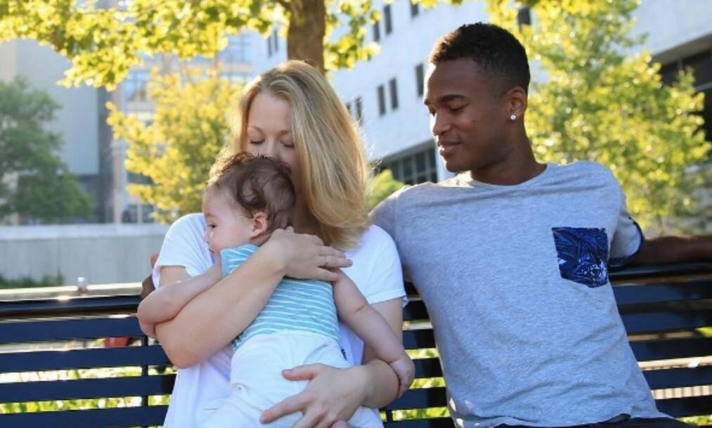 <strong>TOK MED SEG FAMILIEN:</strong> Ola Kamara tok med seg kjæresten og sønnen William over dammen i fjor. Foto: PRIVAT