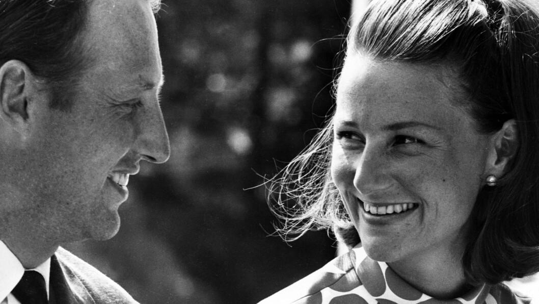 KONGEPARET 80 ÅR: Det tok hele ni år før kronprins Harald fikk sin Sonja Haraldsen. De to ga seg aldri, og viste hele kongeriket at ekte kjærlighet vinner til slutt. Dette bildet er tatt i 1969. Foto: NTB Scanpix