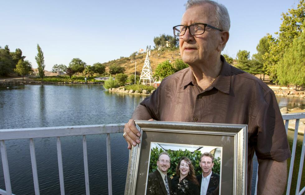 SJOKKBESKJED: Frank Kerrigan (82) viser et bilde av sine tre barn John, Carole, og Frank jr. Sistnevnte ble meldt død og seinere begravet. Elleve dager seinere ble den grufulle feilen oppdaget. Foto: Andrew Foulk / The Orange County Register / AP / NTB Scanpix